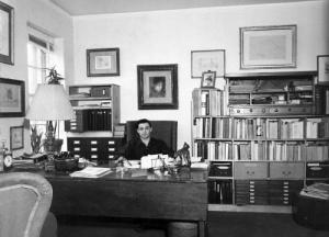 Quelques années plus tard, John Rewal dans son bureau à New York ( vers 1960) cliché Marchutz