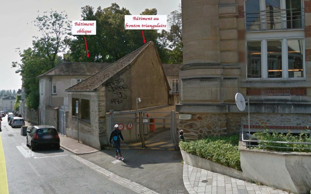 Fig. 55bis. Identification des deux bâtiments situés derrière les arbres de la place