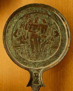 Fig. 2. Vers 325 av J.C. , Jugement de Pâris. Miroir étrusque gravé en bronze, Musée du Louvre