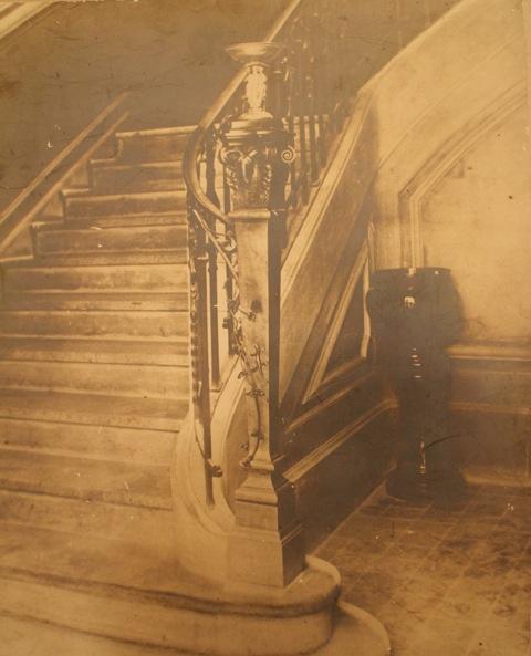 Cyrille Rougier, le pilastre de l'escalier du Musée Arlaten, photographie Studio Henry Ely.